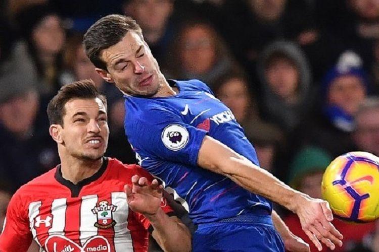 Cedric Soares coba mengganggu Cesar Azplicueta yang akan menerima bola pada pertandingan Chelsea vs Southampton dalam lanjutan Liga Inggris di Stadion Stamford Bridge, 2 Januari 2019.