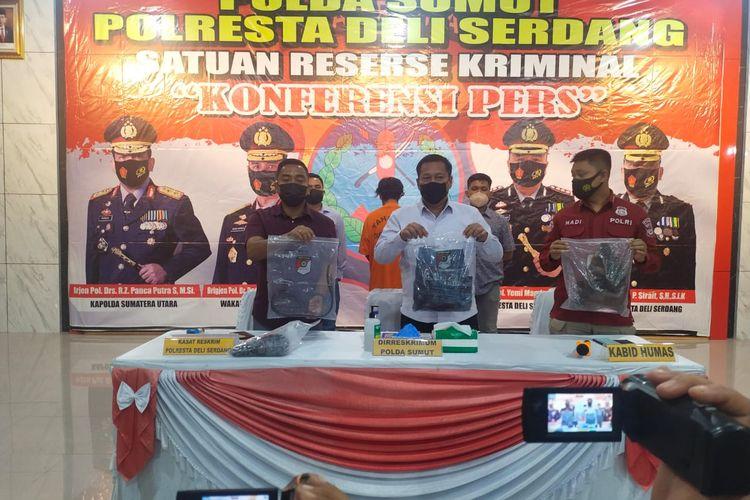 Polda Sumatera Utara dan Polresta Deli Serdang, Kamis (19/8/2021) malam menggelar konferensi pers terkait kasus penembakan terhadap salah seorang personil polisi yang bertugas di Ditres Narkoba Polda Sumut.