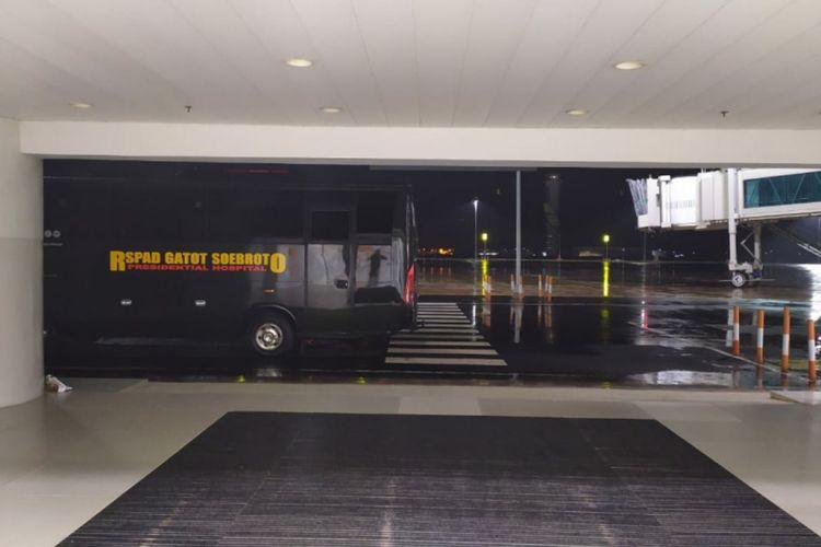 Bus RSPAD Gatot Subroto terparkir di Bandara Kertajati, Kabupaten Majalengka, Minggu (1/3/2020). Bus itu akan membawa 69 WNI ABK Diamond Princess.