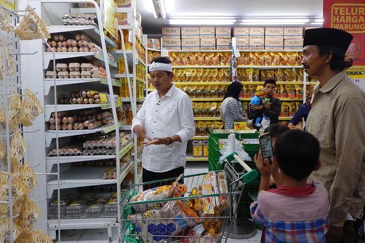 Bupati Purwakarta Dedi Mulyadi berbelanja telur di salah satu supermarket. Ternyata salah satu kotak telur yang dibelinya sudah busuk.