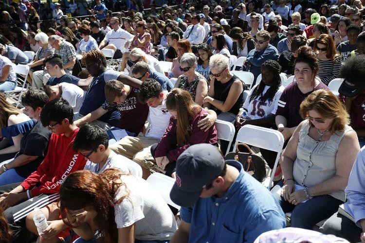 Sejumlah orang berkumpul saat digelarnya kegiatan doa bersama menyusul terjadinya insiden penembakan di SMA Marjory Stoneman Douglas, di Parkland, Florida, Amerika Serikat, Kamis (15/2/2018). Insiden yang terjadi pada Rabu, 14 Februari itu menewaskan 17 orang, dilakukan oleh Nikolaus Cruz (19) yang juga merupakan mantan murid sekolah tersebut.