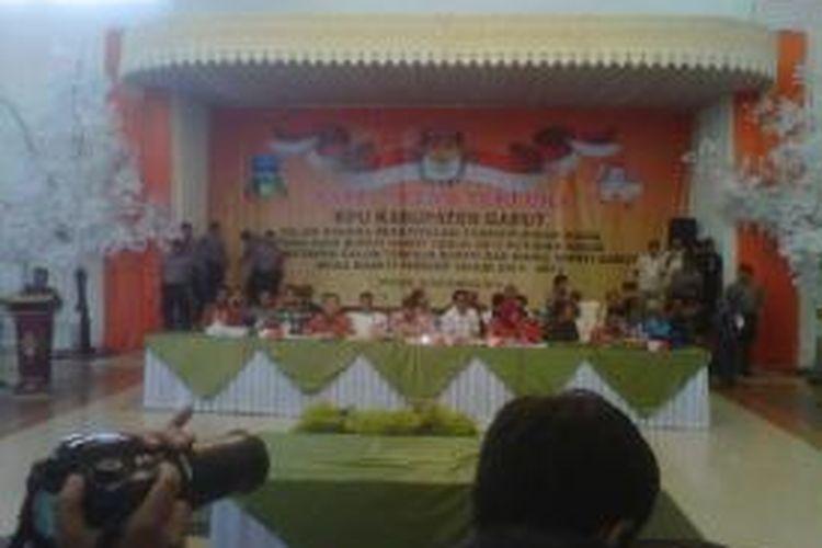 rapat pleno terbuka rekapitulasi perhitungan suara pemilihan bupati garut tahun 2013 putaran kedua di Gedung Intan Balarea, Jl Patriot Garut.K10-11