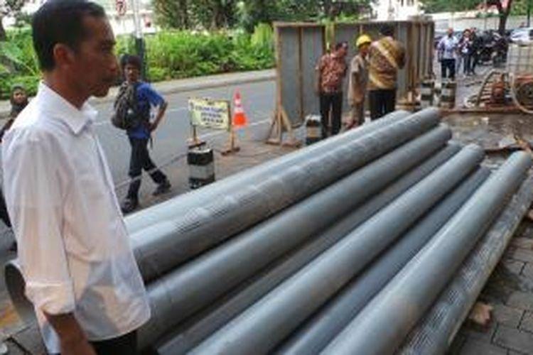 Gubernur DKI Jakarta Joko Widodo meninjau pengerjaan sumur resapan dalam di depan kediaman dinasnya, Jalan Suropati nomor 7, Menteng, Jakarta Pusat.