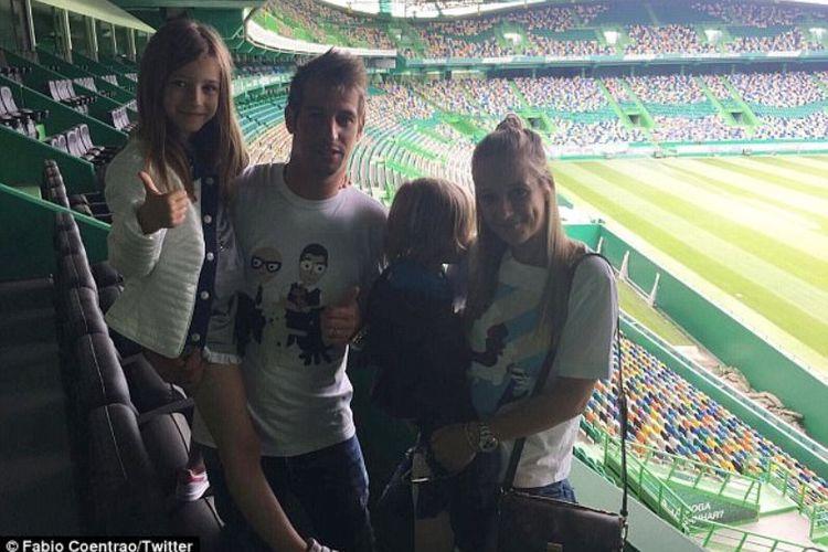 Fabio Coentra berpose bersama keluarga di tribune Stadion Jose Alvalade, markas Sporting CP. Pemain asal Portugal ini dipinjamankan selama satu musim dari Real Madrid.