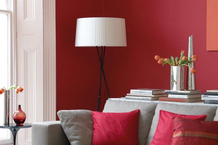 Warna yang berani pada bantal dan dinding.
