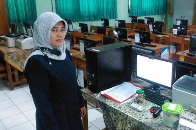 Proktor (pengawas utama) Ujian Nasional, Sumarti, usai mengawasi ujian di SMKN 12, Kebon Bawang, Tanjung Priok, Jakarta Utara, Senin (13/4/2015).