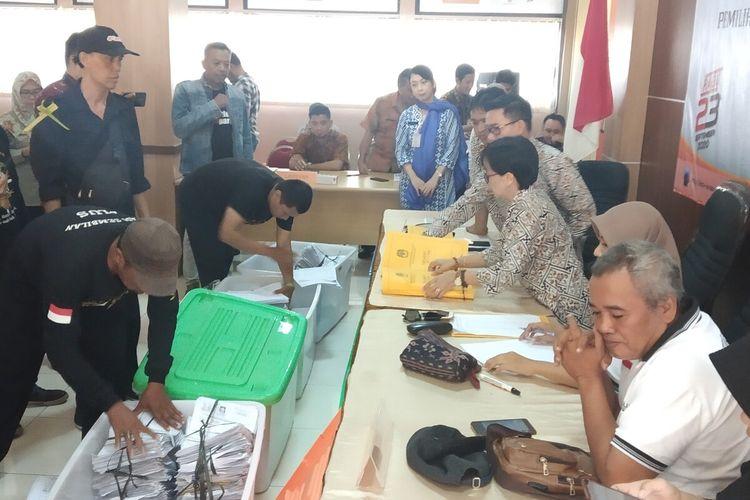 Penyerahan syarat dukungan bapaslon jalur independen Bajo di Kantor KPU Kota Surakarta Jalan Kahuripan Utara Sumber, Banjarsari, Solo, Jawa Tengah, Jumat (21/2/2020).