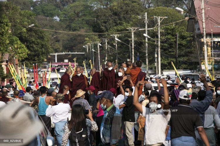 Biksu Buddha naik truk setelah ikut serta dalam aksi protes untuk menuntut penyelidikan untuk menyelidiki Komisi Pemilihan Umum (UEC) di Yangon pada Sabtu (30/1/2021), karena kekhawatiran  tentang kemungkinan kudeta oleh militer atas kekhawatiran penipuan pemilu.