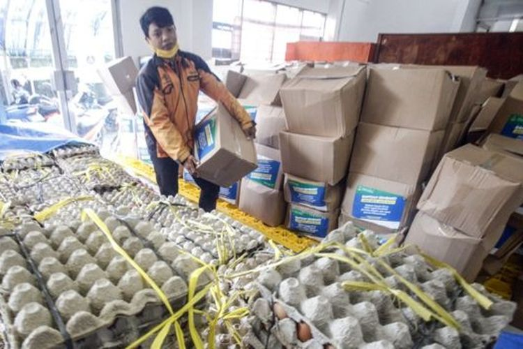 Petugas pos menata logistik bantuan sosial untuk warga yang terdampak perekonomiannya akibat COVID-19 di Kantor Pos, Cibinong, Bogor, Jawa Barat, Jumat (17/4). Pemerintah Provinsi Jawa Barat menyalurkan bantuan sosial (bansos) senilai Rp500 ribu bagi warga yang berpenghasilan rendah dan termasuk miskin baru akibat pandemi COVID-19, khususnya di zona merah persebaran yaitu Bogor, Depok, dan Bekasi.