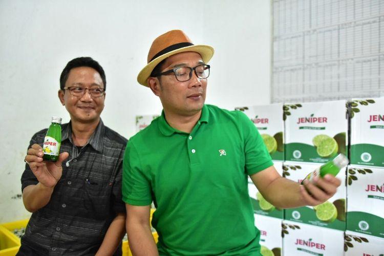 Ridwan Kamil bersama pemilik minuman Jeniper Dede Purnama saat meninjau produksi minuman Jeniper di Kanupaten Kuningan, Senin (26/3/2018) kemarin.