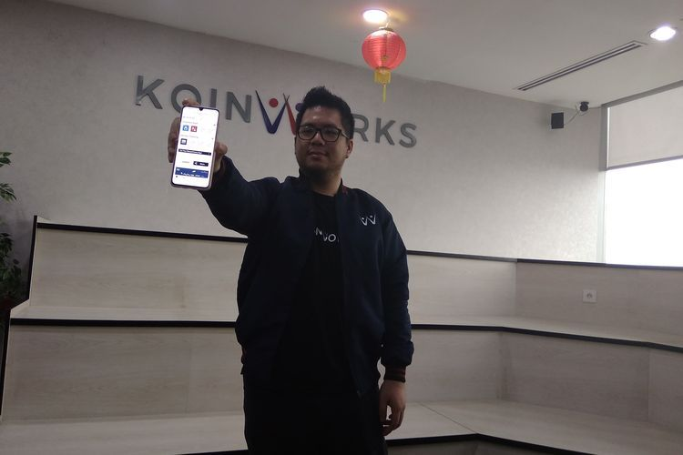 Chief Marketing Officer KoinWorks Jonathan Bryan saat menampilkan Aplikasi KoinWork