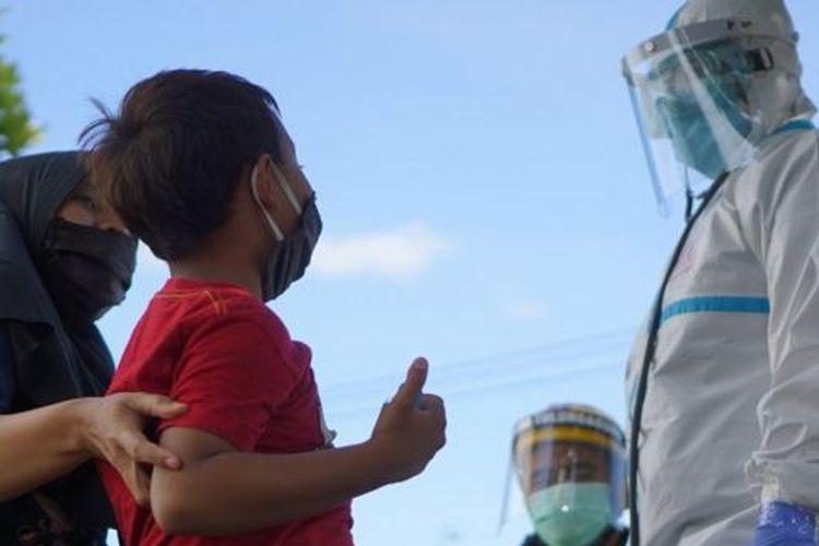 Gambar ilustrasi: Dokter berbincang dengan pasien anak berstatus Orang Tanpa Gejala COVID-19 di halaman samping mess karantina Rusunawa IAIN Tulungagung, Tulungagung, Jawa Timur, Senin (22/06).