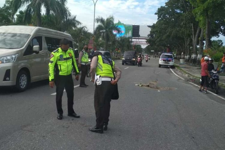 Petugas Satlantas Polresta Pekanbaru melakukan olah TKP pada kecelakaan lalu lintas yang korbanya dua orang pesepeda di simpang Jalan Jenderal Sudirman-Arifin Achmad Pekanbaru, Riau, Minggu (13/9/2020).