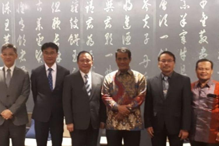 Pertemuan Menteri Pertanian RI Amran Sulaiman ( ke-4 dari kiri) dengan Menteri Pertanian Taiwan Tsung-Hsien Lin ( ke-5 dari kiri), Selasa (9/10/2018). Pada pertemuan singkat itu Tsung-Hsien Lin berkomitmen untuk investasi industri gula Rp 20 triliun di Indonesia.