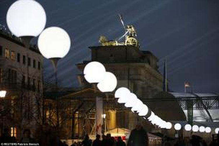 Seperempat abad setelah jatuhnya Tembok Berlin, perbatasan antara Barat dan Timur Jerman itu kini diterangi oleh 8.000 balon bercahaya.