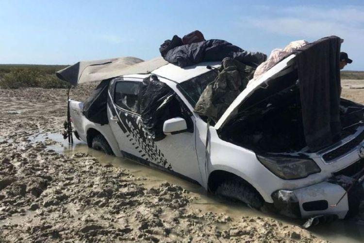 Beginilah kondisi mobil milik dua nelayan Australia yang terjebak di rawa-rawa di kawasan terpencil Kimberley, Australia Barat.