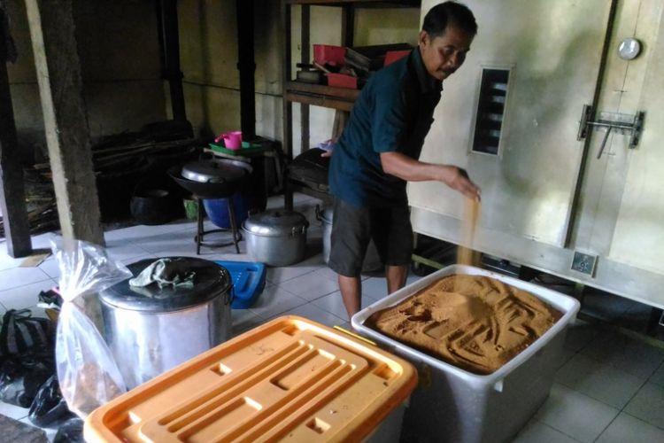 Biyartono (56) mengecek gula semut yang siap diekspor ke luar negeri di kefiamannya di RT 10/5 Dusun Sekendel, Desa Hargo Tirto, Kecamatan Kokap, Kabupaten Kulon Progo, Kamis (4/5/2017).