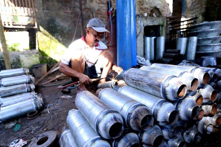 Suasana pembuatan knalpot di salah satu rumah produksi di Jalan Kiswadi Desa Pesayangan Purbalingga, Jawa Tengah, Jumat (10/3/2017). Desa ini disebut desa knalpot karena sejumlah warganya memproduksi knalpot mobil dan motor.