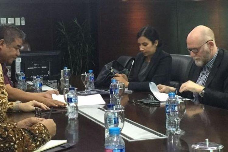 Ketua Tim Advokasi Masyarakat Korban Montara Ferdi Tanoni saat bertemu dengan Duta Besar Australia untuk Indonesia Paul Grigson