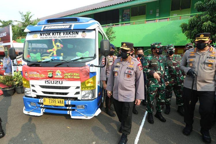Panglima TNI Marsekal Hadi Tjahanto bersama Kapolri Jenderal Listyo Sigit Prabowo meninjau gerai vaksinasi keliling di Jakarta Pusat, Kamis (22/7/2021).
