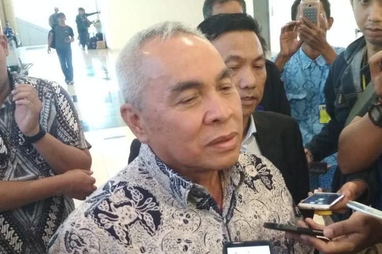 Gubernur Kaltim Isran Noor diwawancarai awak media saat tiba di Bandara APT Pranoto Sungai Siring Samarinda, Selasa (27/8/2019).