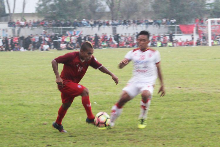 Pemain Persipur Purwodadi, Hasan Basri Lohy menggiring bola dibayang-bayangi pemain belakang Persis Solo, Andriantono Ariza Eka Putra dalam laga lanjutan Grup 4 Liga 2 di Stadion Krida Bhakti Purwodadi, Grobogan, Jateng, Minggu (14/15/2017).
