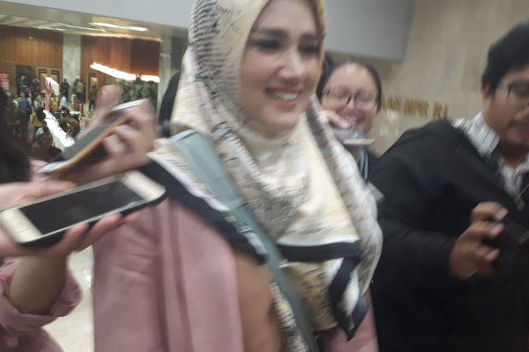 Mulan Jameela saat hadiri pembekalan di Gedung DPR/MPR, Minggu (29/9/2019).