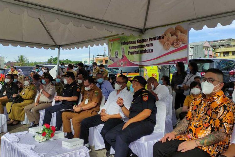 Sekretaris Darrah Maluku melepas elspor 28 ton biji pala langsung dari Pelabuhan Ambon ke China, Selasa (30/3/2021)