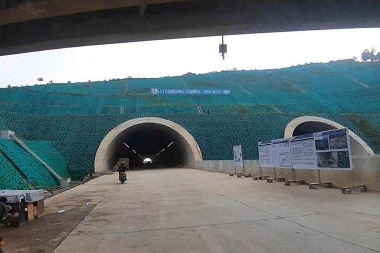 Terowongan Tol Cisumdawu di wilayah Kecamatan Pamulihan, Sumedang telah tersambung dan rampung dibangun. Namun, di trase lain masih terkendala pembebasan lahan. AAM AMINULLAH/KOMPAS.com