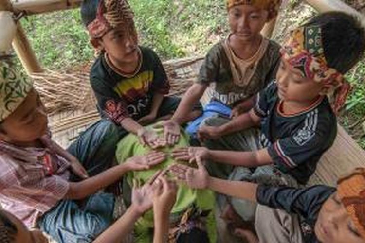 Permainan tradisional oleh anak-anak di Desa Pasiragung, Kecamatan Hantara, Kabupaten Kuningan, Jawa Barat. Desa Pasiragung merupakan salah satu desa budaya Pasundan yang terus dilestarikan.