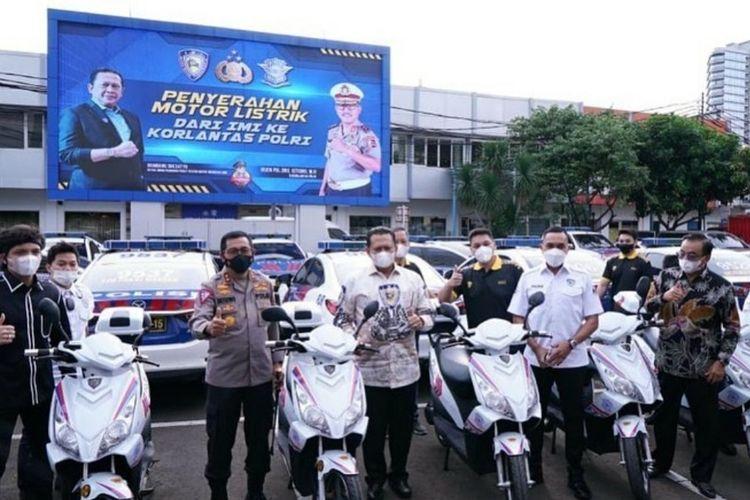 Korlantas Polri menerima hibah 10 unit motor listrik Bike Smart Electric dari IMI.