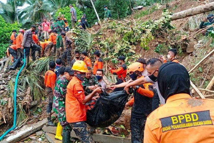 Tim SAR gabungan mengevakuasi jasad korban tewas akibat tertimbun material longsor di Grumbul Kali Cawang, Desa Banjarpanepen, Kecamatan Sumpiuh, Kabupaten Banyumas, Jawa Tengah, Selasa (17/11/2020).