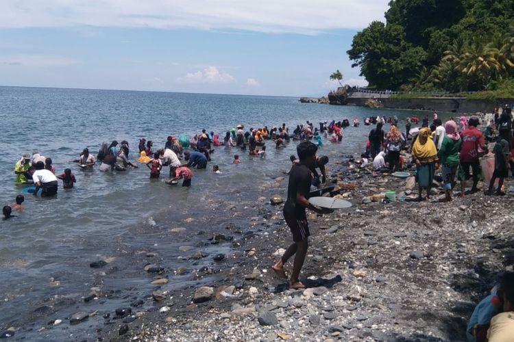 Ratusan warga Desa Tamilow, Kecamatan Amahai, Kabupaten Maluku Tengah tengah mendulang emas di pantai dusun Pohon Batu, desa setempat, Rabu (24/3/2021)