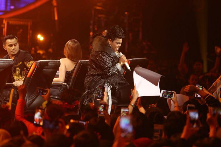 Joanita Veroni atau lebih akrab disapa Joan tampil di babak Road to Grand Final Indonesian Idol 2018 yang digelar di MNC Studios, Kebon Jeruk, Jakarta Barat, Senin (9/4/2018).