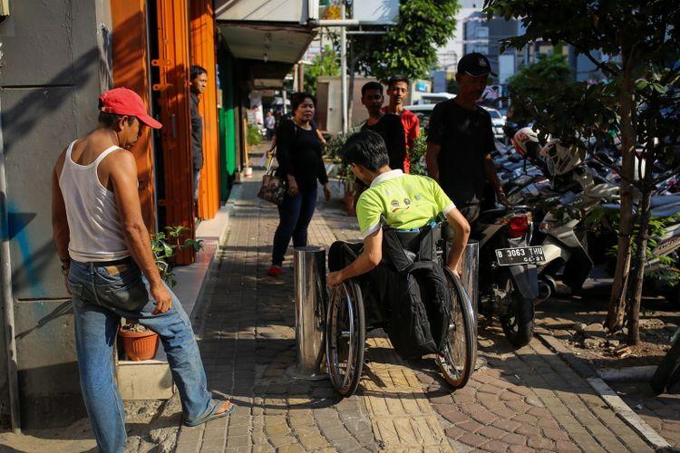 Sejumlah kaum disabilitas yang tergabung dalam Gerakan Aksesbilitas Umum Nasional (GAUN) menggelar aksi susur trotoar di sepanjang Jalan Sabang, Thamrin, ke arah Jalan Kebon Sirih, Menteng, Jakarta Pusat, Rabu (30/8/2017). Kaum disabilitas menyuarakan kebutuhan akan jalur pedestrian yang ramah dan aman akibat banyaknya trotoar yang digunakan untuk parkir mobil atau motor sampai pedagang kaki lima berjualan sehingga fasilitas untuk disabilitas menjadi rusak.