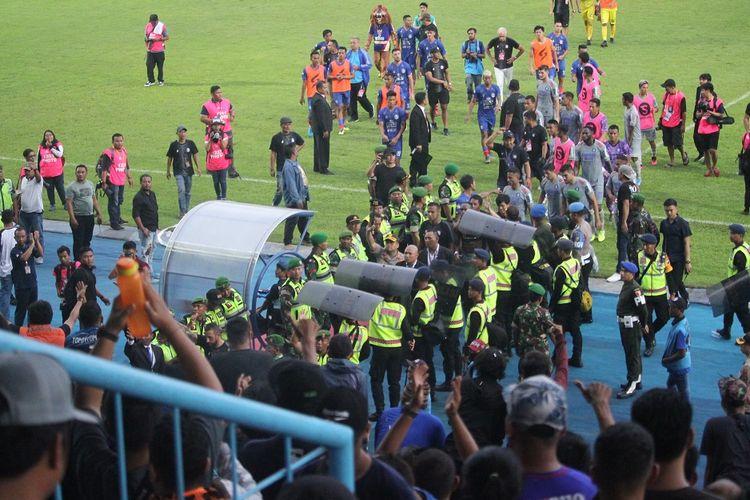 Aremania memberikan applause dan isyarat jempol tangan ketika pemain Persib Bandung memauski ruang ganti usai laga Arema FC vs Persib Bandung di Stadion Kanjuruhan, Minggu (8/3/2020).