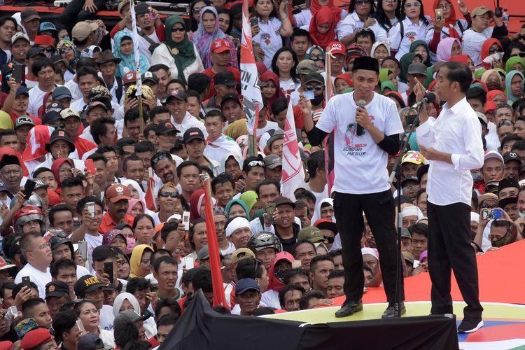 Capres Jokowi berinteraksi dengan salah satu pendukungnya saat kampanye di kompleks GOR Satria Purwokerto, Jawa Tengah, Kamis (4/4/2019)