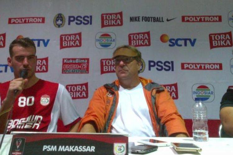 Gelandang PSM Makasar Willem Jan Pluim saat memberikan keterangan kepada media di Stadion Si Jalak Harupat, Soreang, Kabupaten Bandung, Jawa Barat, Senin (6/2/2017) malam.