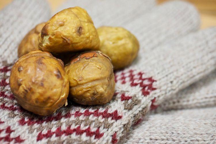 Gunbam atau roasted chestnuts atau kacang kastanye panggang khas Korea Selatan