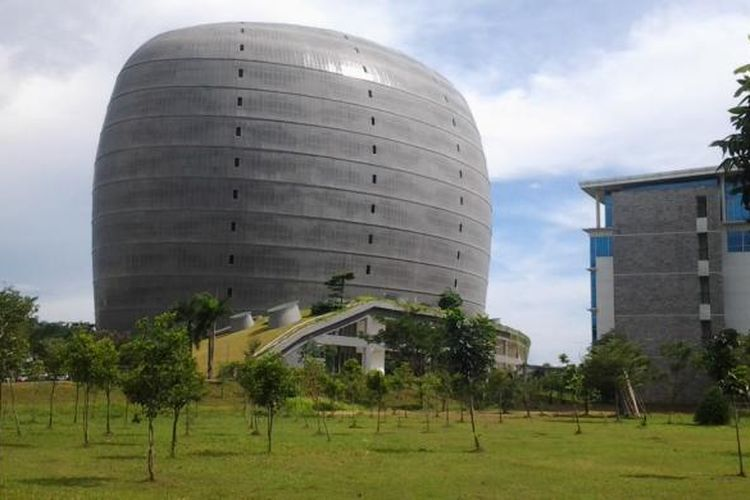 Gedung new Media Tower Universitas Multimedia Nusantara (UMN) menjadi contoh konsep gedung hemat energi bagi universitas lainnya, Senin (21/4/2014).