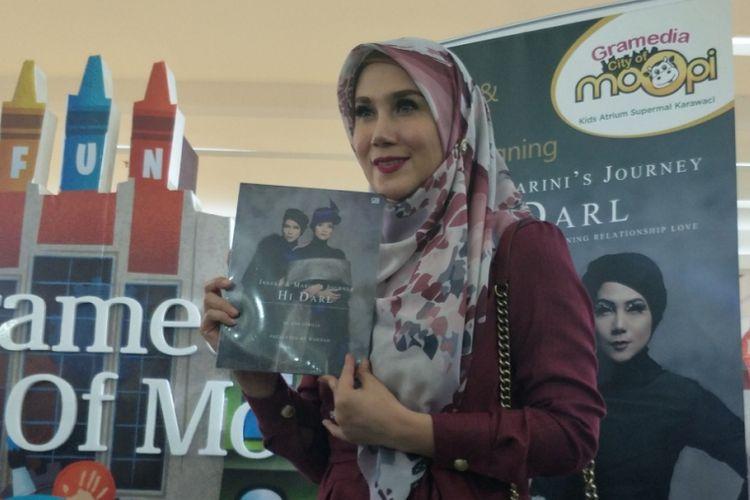 Marini Zumarnis dalam meet and greet dan book signing bukunya, Hi Darl, di Supermal Karawaci, Tangerang, Minggu (22/7/2018).