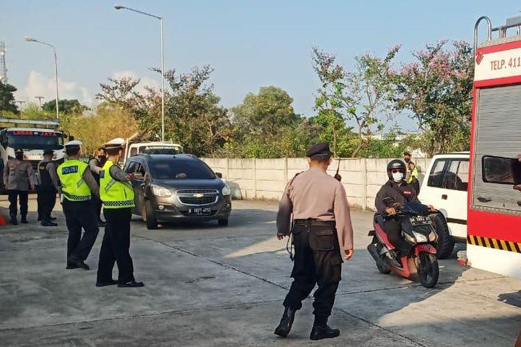 Polisi saat melakukan penyekatan kendaraan di Terminal Mengwi Kabupaten Badung