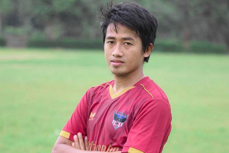 Selama kompetisi Liga 1 2020 dihentikan akibat pandemi virus corona, Bayu Gatra menghabiskan waktu dengan main bola bersama Tunas Remaja, tim yang ada di kampung halamannya, Jember.