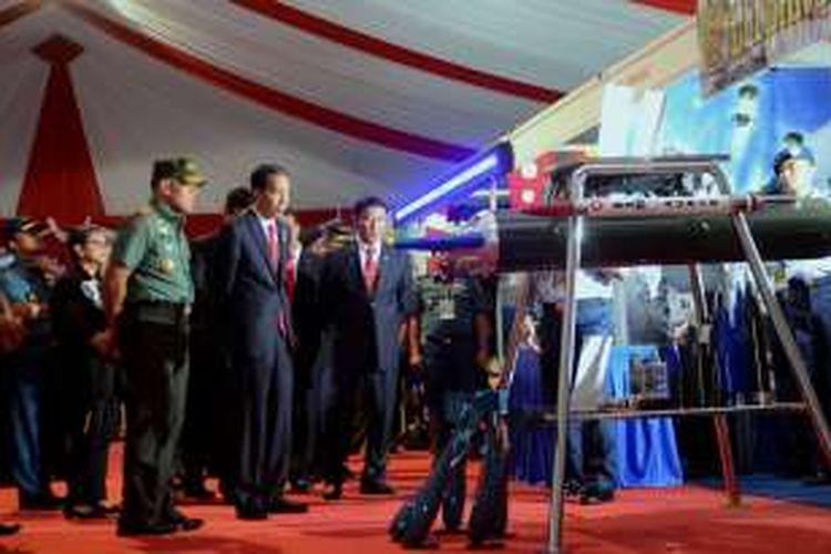 Presiden Jokowi didampingi Menko Polhukam dan Panglima TNI menyaksikan alutsista milik TNI buatan dalam negeri, usai membuka Rapim TNI 2017, di Cilangkap, Jakarta, Senin (16/1/2017) pagi.