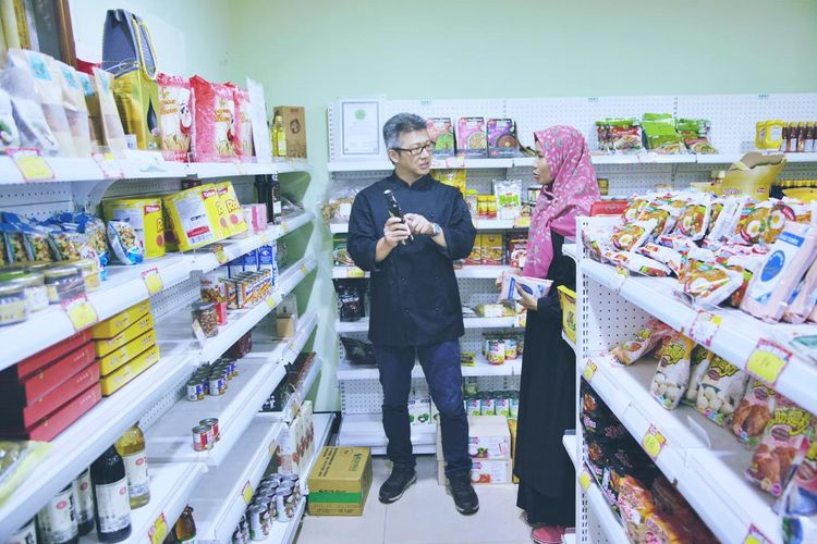 Mr.Yeh, pemilik restoran Taiwan yang mendapatkan Sertifikasi halal, sedang berbincang-bincang tentang ramuan masakan bersama sahabat Indonesia.