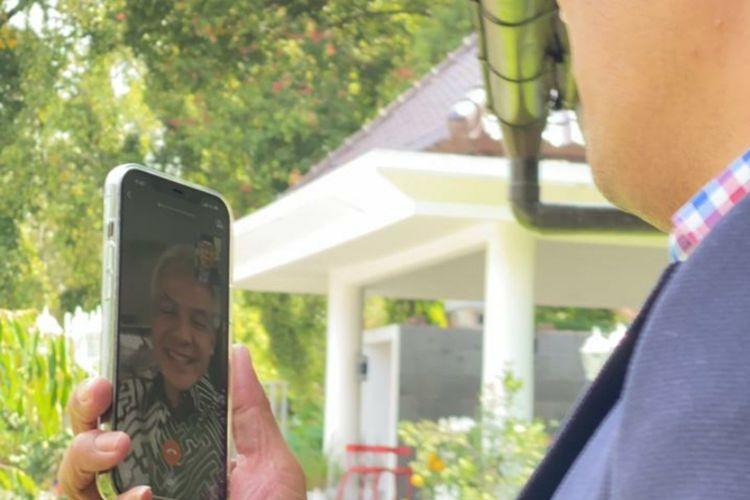 Gubernur Jawa Barat Ridwan Kamil saat melakukan video call bersama Gubernur Jawa Tengah Ganjar Pranowo, Jumat (7/5/2021).