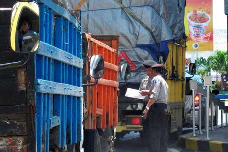 Antrean truk di Pelabuhan Ketapang, Banyuwangi, Jatim, menuju Gilimanuk, Bali.