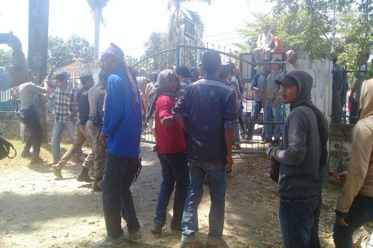 Awal ketegangan antara polisi dengan para demonstran saat berunjuk rasa terkait anjlok harga bawang merah di depan kantor Dinas Pertanian, Kabupaten Bima, Nusa Tenggara Barat (NTB), Senin (17/9/2018).