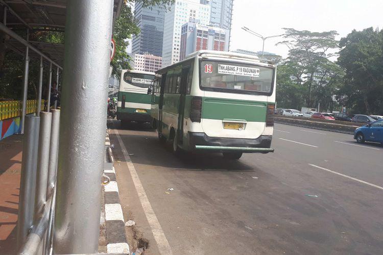 Kopaja P19 rute Tanah Abang-Ragunan mangkal di depan Stasiun Sudirman, Rabu (25/7/2018)