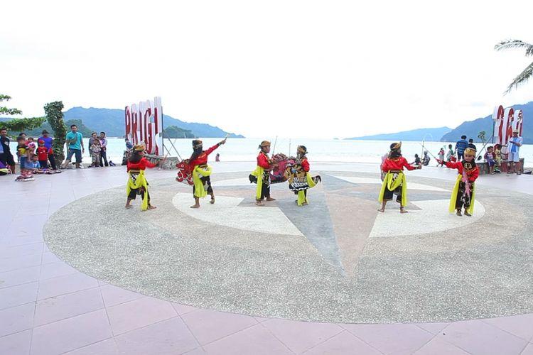 Anak-anak menari kesenian khas Trenggalek Jaranan Turangga Yakso, di Panggung 360 Pantai Prigi, Kecamatan Watulimo.